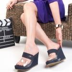 รองเท้าแฟชั่น ส้นเตารีด แบบสวม คาดหน้าพลาสติกใสนิ่มสวยเก๋ แต่งอะไหล่จรเข้ทอง สไตล์แบรนด์ ส้นเตารีดสูงประมาณ 3.5 นิ้ว เสริมหน้า ใส่สบาย แมทสวยได้ทุกชุด