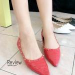 รองเท้าคัทชู ทรงหัวแหลม ส้นแบน หนังลายตาราง แต่งหมุดตามสไตล์ Valentino สวยโดนใจ ทรงสวย ใส่แล้วเท้าดูเรียว สีขาว แดง ดำ