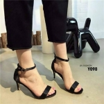 รองเท้าส้นเข็ม สไตล์แบรนด์ Zara วัสดุทำจากผ้าซาตินเนื้อมันวาวดูสวยหรู สายรัดข้อแบบตะขอเกี่ยวใส่ง่าย ปรับระดับให้กระชับได้ ส้นเข็มสูง 3 นิ้ว ใส่ เดินสบาย