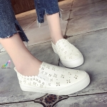 รองเท้าผ้าใบแฟชั่น แบบ slip on วัสดุหนัง Pu ฉลุลายดอกไม้น่ารัก พื้นยางกันลื่น แบบสวยใส่สบายกระชับไม่บีบ ไม่อับเท้า สีขาว
