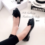 รองเท้าคัทชู หนังเงานิ่ม แต่งดีเทลวัสดุผ้าหน้าดอกกุหลาบสวยเก๋ ส้นหนา 1 ซม. ใส่แมทซ์เสื้อผ้าง่ายและสวยได้อย่างลงตัว สีดำ (189-17)