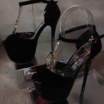 รองเท้าแฟชั่น ส้นสูง สวยหรู รัดข้อ หนังสวยเพิ่มความเก๋ด้วยอะไหล่ห่วงทองด้านหน้า สาย รัดตะขอเกี่ยวใส่ง่าย สวยหรูโดดเด่นเกินใคร