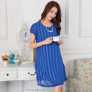 ชุดคลุมท้องผ้าชีฟองสีน้ำเงิน มีลายจากผ้าซับในลายทางขาวน้ำเงิน แต่งสร้อยมุกที่คอ (สามารถถอดออกได้)