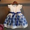 ชุดกระโปรงสีขาว ลายดอกไม้สีน้ำเเงิน