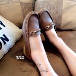 รองเท้าคัทชู ทรง loafer วัสดุหนังนิ่ม แต่งอะไหล่ทองด้านหน้า พื้นในเย็บนวมนิ่ม ใส่สบายเท้า ส้นหนา 0.5 นิ้ว แบบเรียบๆ ที่สามารถมิกแอนด์แมทซ์กับเสื้อผ้าได้ อย่างสวยลงตัวทุกชุด ใส่เดินสบายมาก