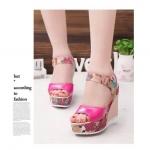 รองเท้าแฟชั่น ส้นเตารีด รัดส้น สุดสวยน่ารัก หนังแววสวยสีสด ตกแต่งลายดอก ฟรุ้งฟริ้ง ใส่สบาย สูง 4.5 นิ้ว
