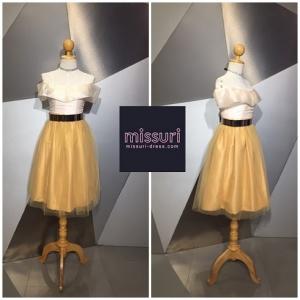 ชุดราตรีสั้นไปงานแต่งงาน ชุดออกงาน ชุด มินิเดรส แยกชิ้น เสื้อปาดไหล่สีครีม กับ กระโปรงเอวสูงทรงสุ่ม สีทอง